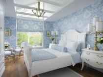 Нежные бело-голубые обои в спальне классического стиля