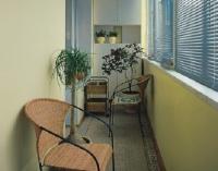 Плетеная мебель и спокойный цвет стен и мебели, создают уютную обстановку