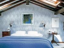 красивая идея обустройства спальни на мансарде