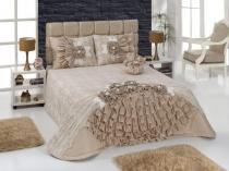 Дизайнерское покрывало с оборками в оформлении кровати спальни