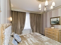 Оформление потолка спальни декоративным молдингом и розеткой