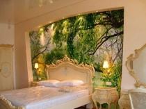 Художественная роспись в оформлении стены спальни