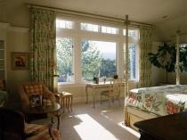 Установка у большого окна спальни столика