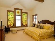 Витражные окна в спальне на мансарде дома