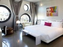 Разноуровневые окна круглой формы в современной спальне