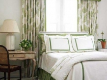 Украшение окна спальни шторами с ламбрекеном