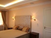 Освещение спальни при помощи подсветки потолочного плинтуса и бра