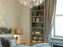 Большая люстра с имитацией свечей в освещении спальни