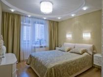Комбинация потолочного и настенного освещения спальни