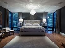 Прикроватные лампы и яркая люстра в освещении спальни