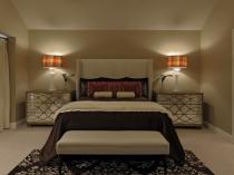 Мягкое приглушенное освещение спальни прикроватными лампами