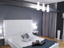 Яркое потолочное и прикроватное освещение спальни