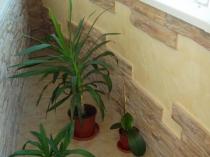 Отделка балкона декоративным камнем и штукатуркой