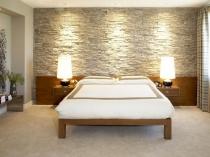 Отделка стены спальни у изголовья кровати искусственным камнем