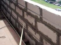 Парапет из блоков на балконе