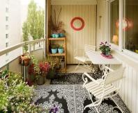 Место для отдыха и обеденная зона на балконе