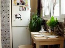 Холодильник и обеденный стол на лоджии