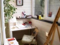 Маленький рабочий кабинет на лоджии