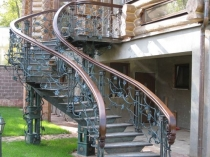 Металлическая лестница с коваными перилами