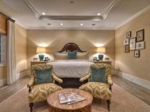 Расположение кровати изголовьем к короткой стене в спальне