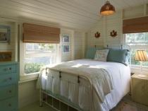 Планировка спальни с двумя большими окнами