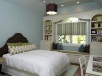 Использование пространства под окном спальни для оборудования диванчика