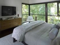 Планировка небольшой спальни с панорамными окнами