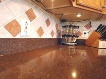 Широкий плинтус для столешницы на кухню