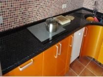 Черный плинтус для кухонной столешницы