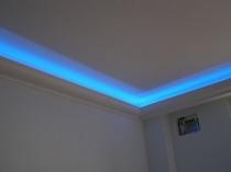 Подсветка синего цвета потолочного плинтуса