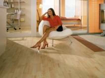 плитка пвх на полу в гостиной