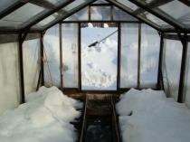 Утепление почвы теплицы при помощи слоя снега