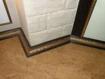 Декоративный плинтус с узором под золото