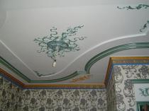 Цветной потолочный плинтус и лепнина из пластика