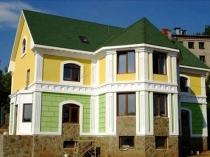 Двухцветная покраска по штукатурке фасада дома