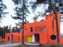 Окраска оштукатуренного фасада ярко-оранжевой краской