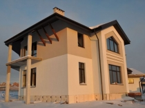 Бежевые оттенки краски в декорировании оштукатуренного фасада дома