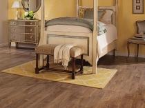 Спальня с напольным покрытием из ламината под дерево