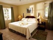 Бежевая керамическая плитка на полу в спальне