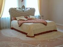 Нежный бежево-розовый ковер на полу в классической спальне