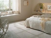 Диагональная укладка плитки на пол в спальне