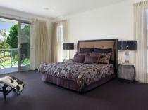 Сплошное напольное покрытие из ковролина в спальне