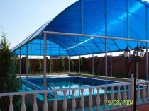 Открытый бассейн с защитным навесом из сотового поликарбоната