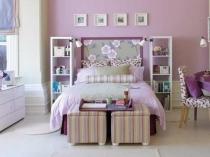 Небольшие напольные стеллажи по обе стороны кровати в спальне