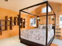Оригинальная навесная конструкция с полочками в спальне