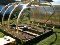 Установка дуг для постройки теплицы на дачном частке