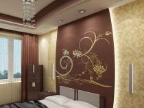 Широкий потолочный молдинг в цвет отделки стены спальни