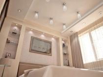 Встроенные в подвесной потолок спальни светильники