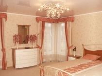 Установка большой люстры на натяжной потолок в спальне