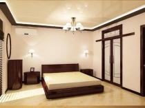 Натяжной потолок с деревянным молдингом в спальне